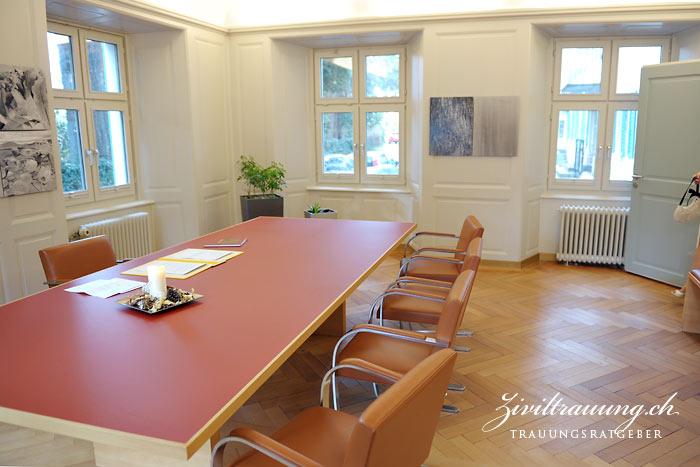 Trauzimmer: Auf der rechten Seite ist eine Reihe von Stühlen und eine Bank für die Gäste